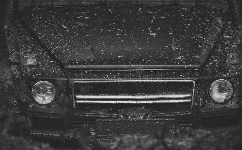 Lumières et capot couverts de boue Une partie de voiture coincée images libres de droits