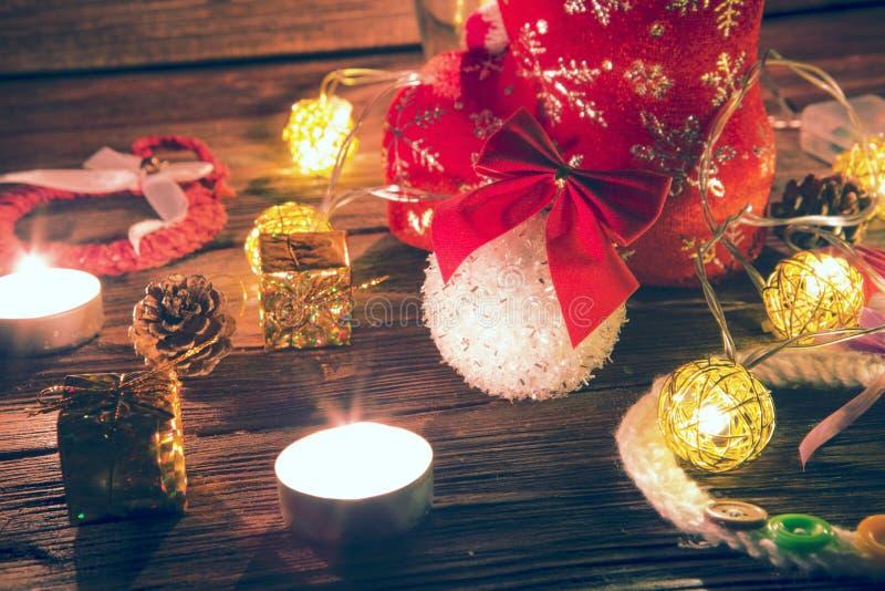 Lumières et décorations de Noël au-dessus de fond en bois Babioles de nouvelle année au-dessus de vieille table en bois Décoratio image stock