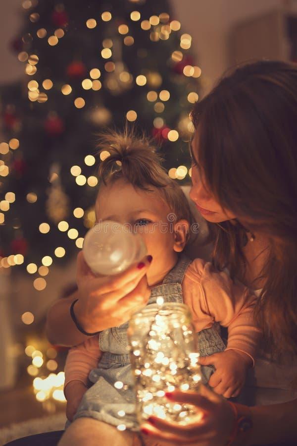 Lumières et famille de Noël photos stock