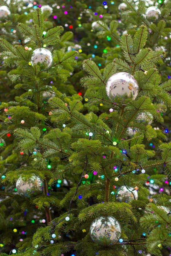 Lumières et ornements d'arbre de Noël photos stock