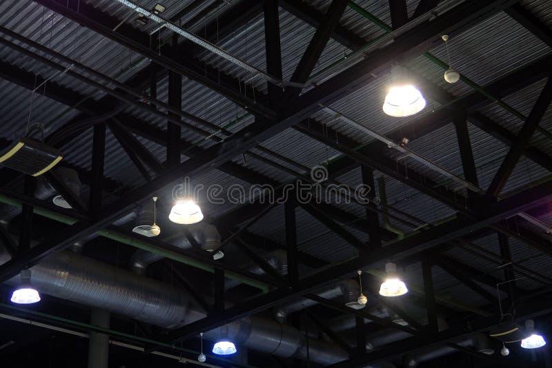 Lumières et système de ventilation dans le plafond du bâtiment industriel de bureau foncé image stock