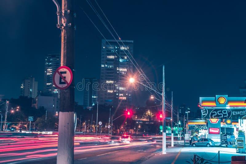 Lumières la nuit sur une avenue images stock