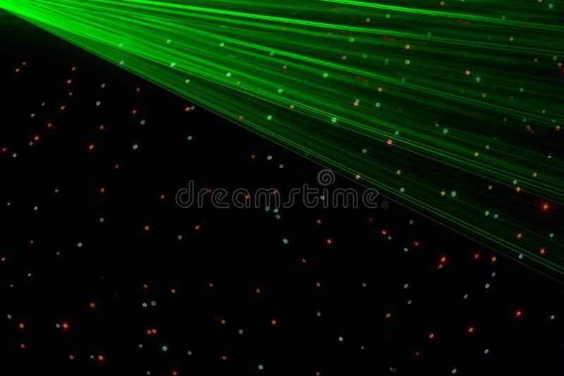 Lumières lasers vertes de boîte de nuit lumineuse coupant par la fumée de machine de fumée faisant des modèles de lumière et d'ar image stock