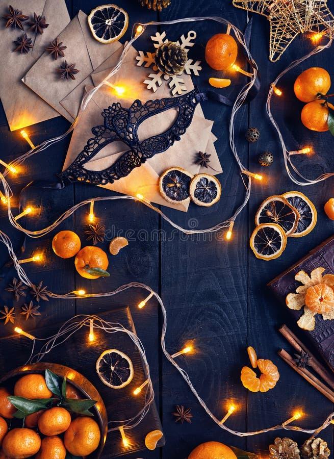 Lumières, masque et oranges de Noël image stock