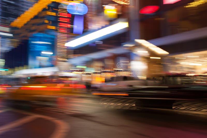 Lumières multicolores abstraites New York de ville Brouillez l'effet en employant la longue vitesse de volet photo stock