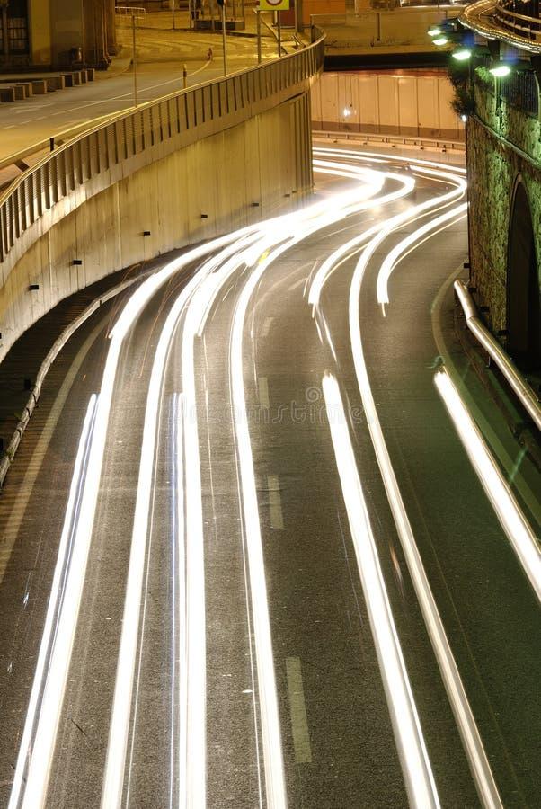 Lumières nocturnes de circulation urbaine photographie stock libre de droits
