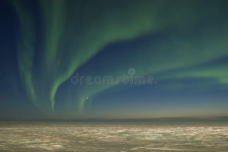 Lumières nordiques au-dessus de toundra images stock