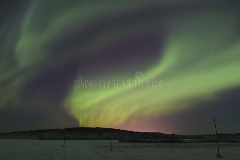 Lumières nordiques au-dessus des townlights image stock