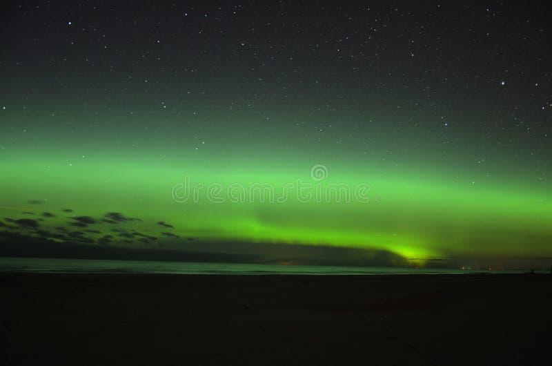 Lumières polaires d'aurora borealis au-dessus de mer photo libre de droits