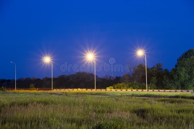 Lumières près de route Scène de nuit photographie stock libre de droits
