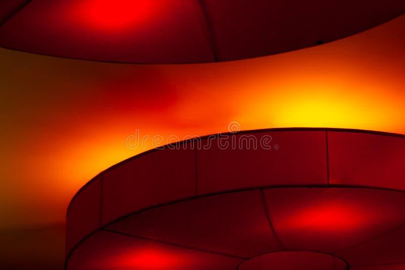 Lumières rouges de plafond intérieur sur le fond foncé la nuit Concept d'éclairage intérieur Lumières rouges sur le plafond Abrég photographie stock libre de droits
