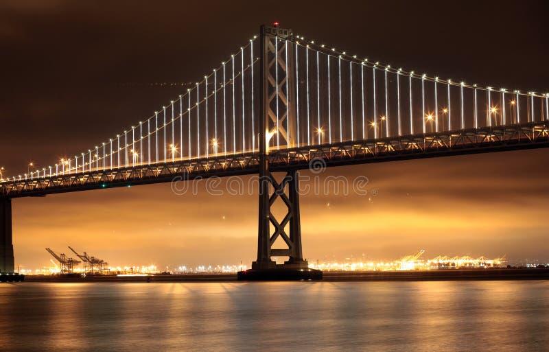 Lumières, San Francisco et Oakland de pont de baie images libres de droits