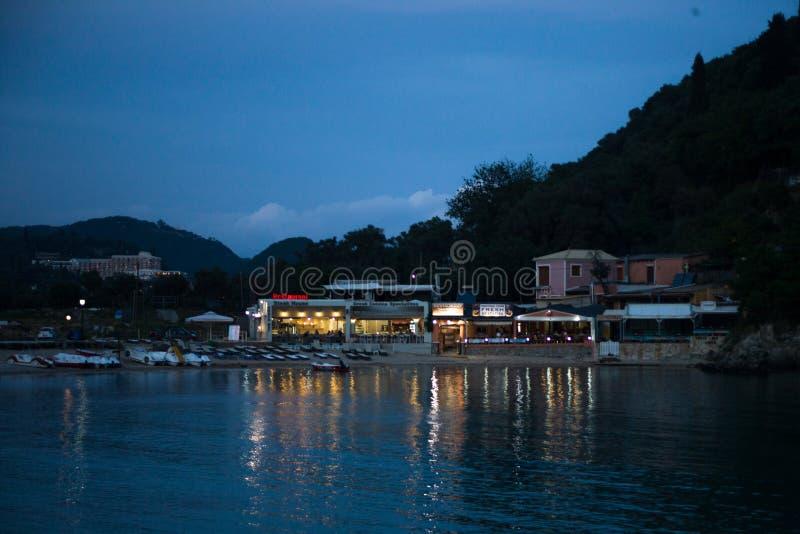 Lumières se reflétantes de l'eau des restaurants Les restaurants fonctionnent au temps de crépuscule Bateaux de pédale, Recliners images libres de droits