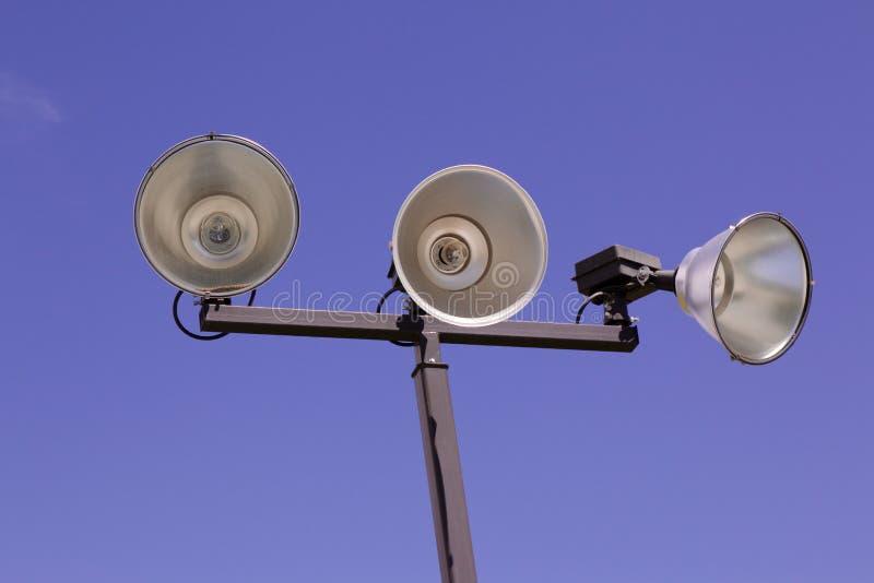 Lumières sportives extérieures d'isolement de cour image stock
