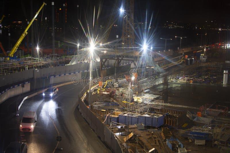 Lumières vives au-dessus du chantier de construction urbaine la nuit image stock