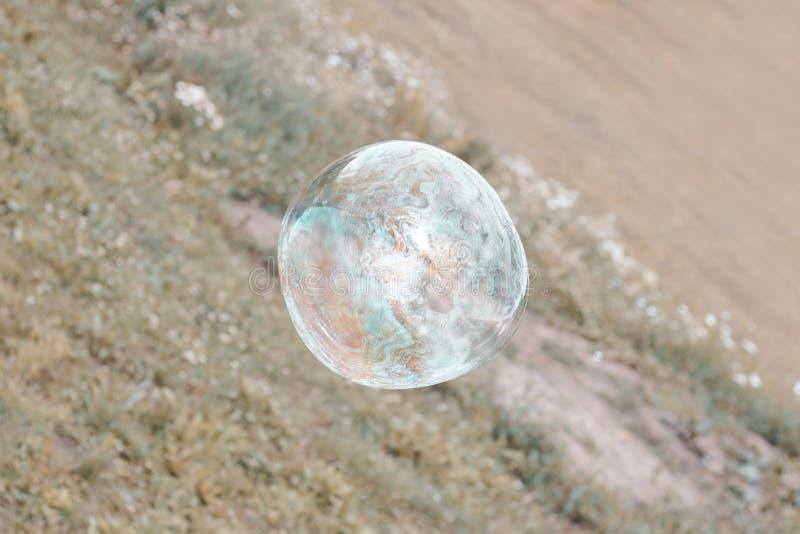 Lumi?re du jour la grande bulle de savon vole l? modifie la tonalit? image libre de droits