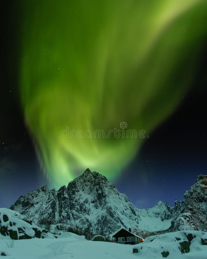 Lumi?res du nord magiques dans des ?les de Lofoten, Norv?ge Aurora Borealis image libre de droits