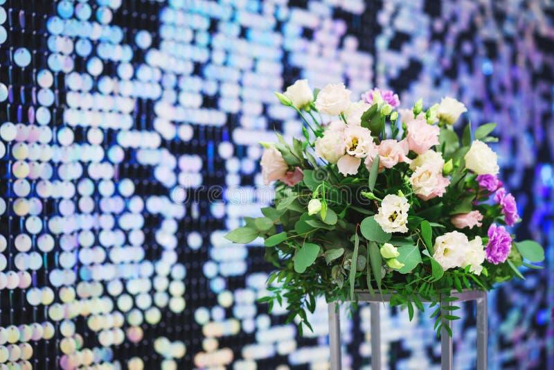 Lumineux, de fête, miroitant, brillant, fond abstrait Décorations et décoration de fête des paillettes métalliques brillantes ron photo libre de droits
