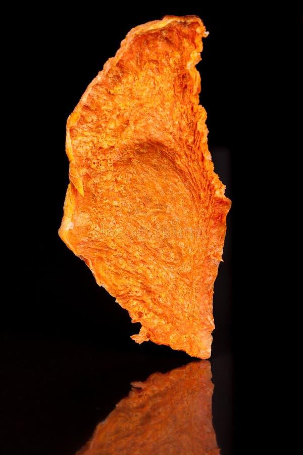 Lumineux, orange, casse-croûte croquant de potiron mûr et doux sur un fond noir images libres de droits