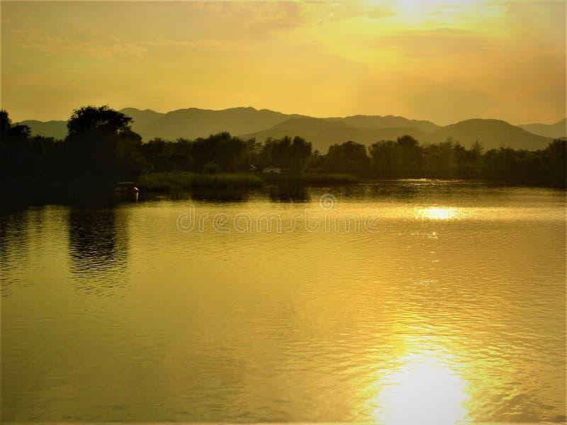 Luminiscencia, desvanecimiento, lago, luz y atmósfera del cuento de hadas fotos de archivo