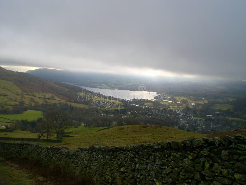 Luminiscent och frodigt sjöområde, England arkivbild