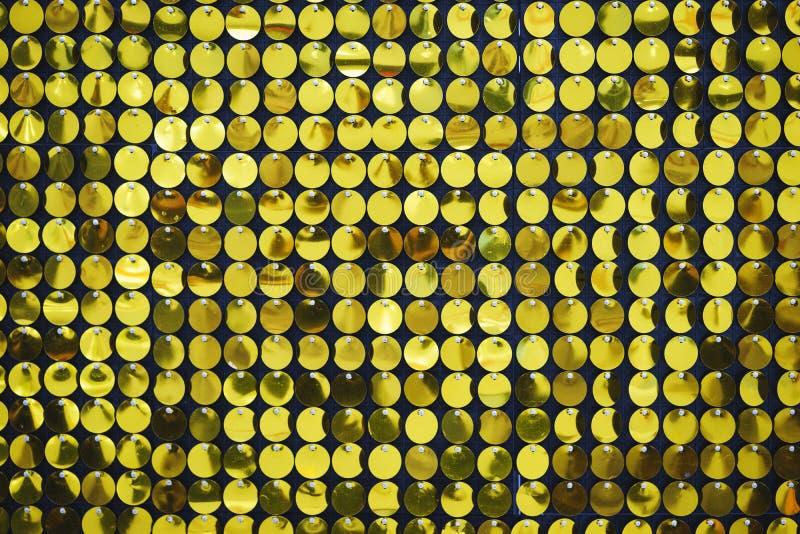 Luminoso, festivo, scintillando, abbagliando, fondo astratto Decorazioni e decorazione festive degli zecchini metallici brillanti fotografie stock libere da diritti