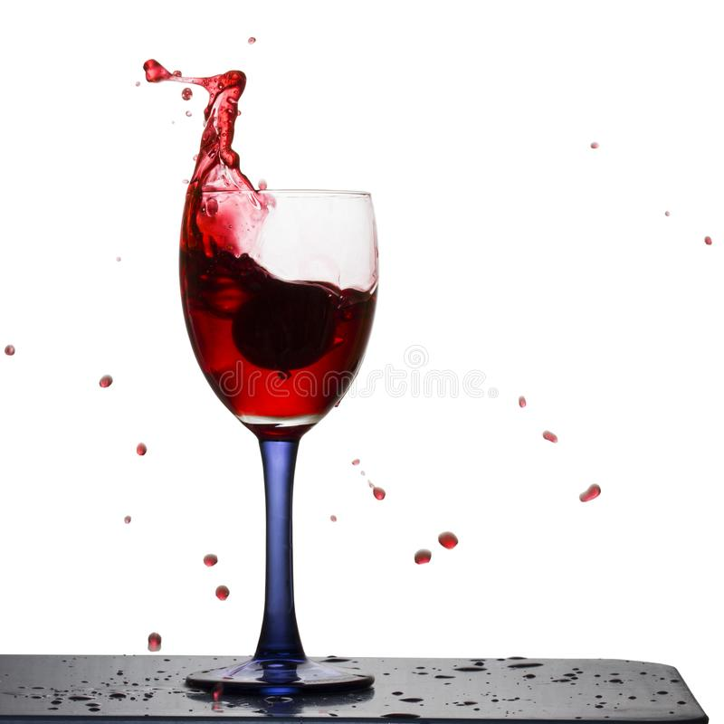 Luminoso spruzza e cade del volo del vino rosso nelle direzioni differenti fotografie stock libere da diritti