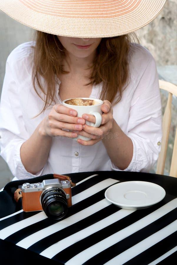 Lumix branco de tiro de panasonic do café do copo da foto do curso do vintage do sol do chapéu da menina do terraço do café da ru fotos de stock