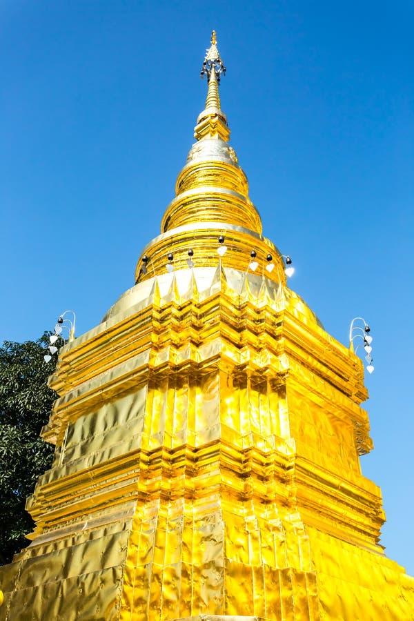 Lumphun dorato Tailandia del phratajhaduang del wat della pagoda fotografia stock libera da diritti