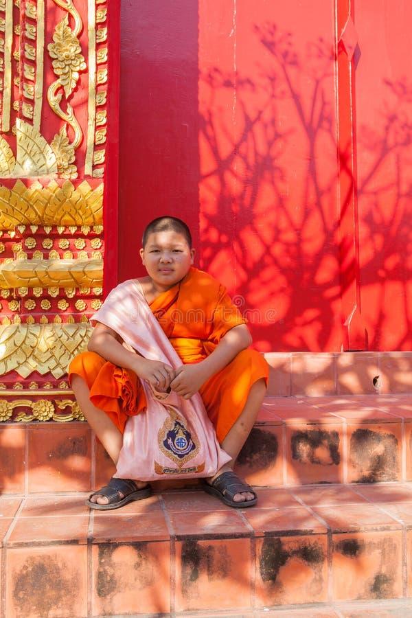 LUMPHUN THAILAND - 8. JANUAR: thailändischer kleiner Mönch, der vor sitzt lizenzfreie stockfotos
