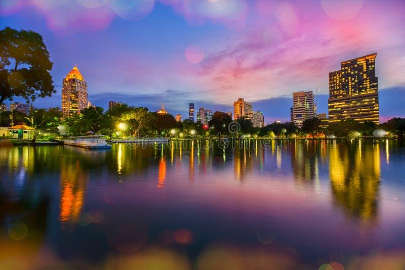 Lumpini公园湖视图在泰国首都中心与 免版税库存照片