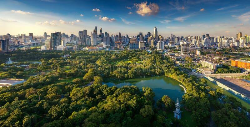 Lumpinipark en de stad van Bangkok stock afbeeldingen