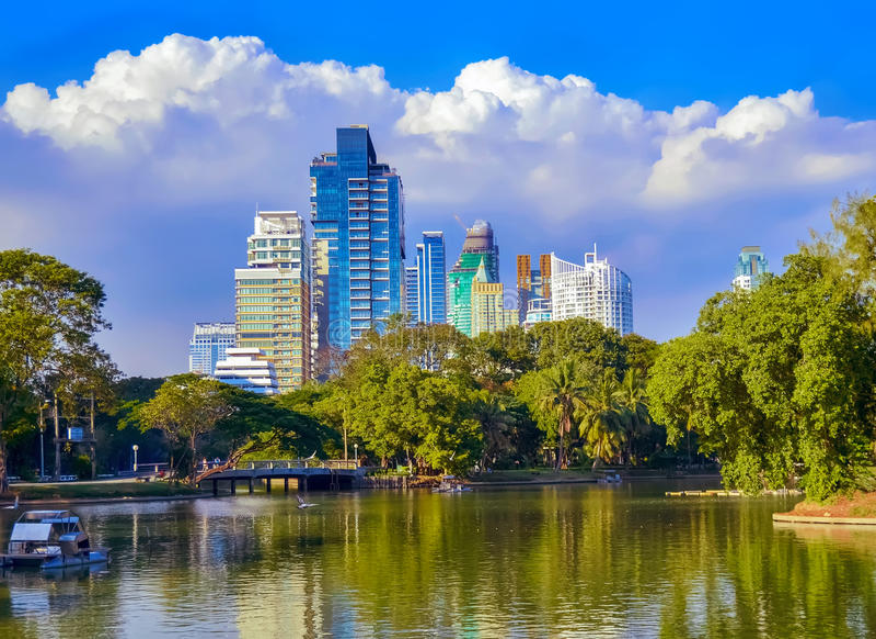 Lumpinipark, meer, moderne flats in Bangkok van de binnenstad stock foto's