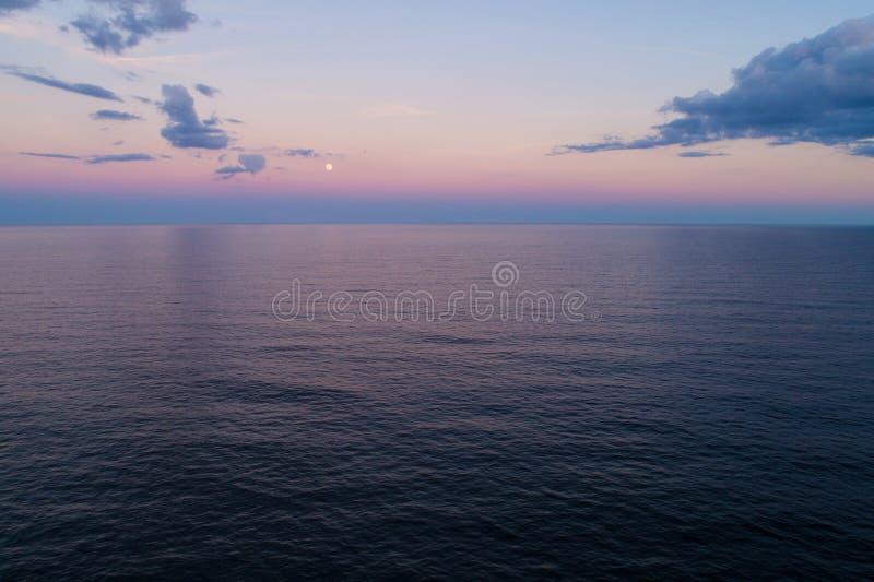 Luna aerea di immagine sopra l'oceano fotografie stock libere da diritti