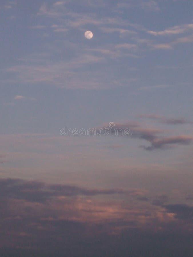 Luna al sole che mette cielo immagine stock