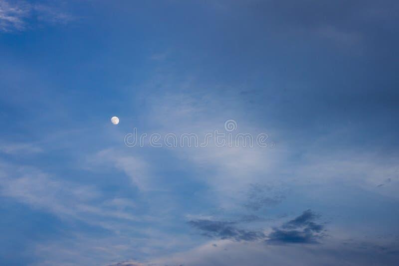 Luna blanca en el cielo azul imagen de archivo