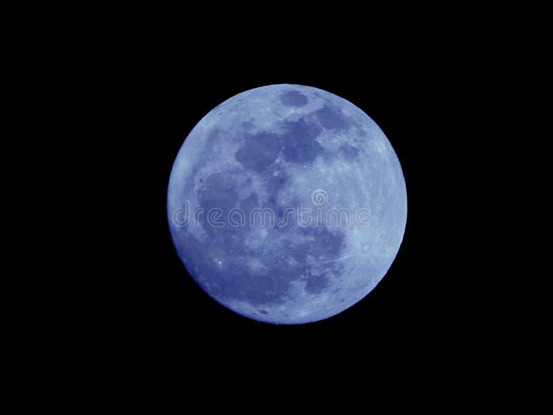 Luna blu luminosa isolata su un cielo notturno nero naturale fotografia stock libera da diritti