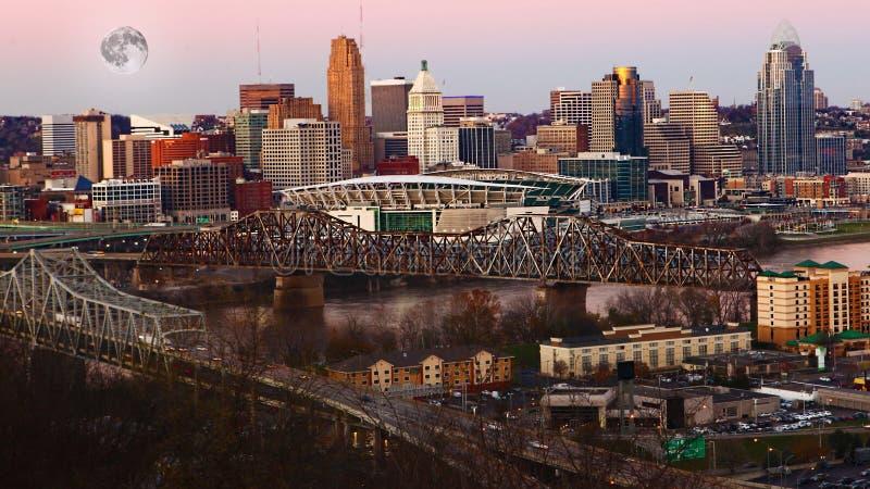 Luna che aumenta sopra Cincinnati, Stati Uniti fotografie stock libere da diritti