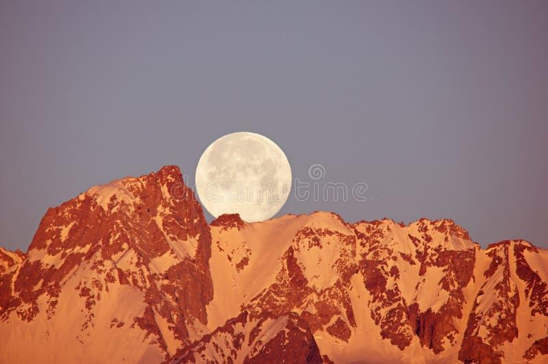 Luna che mette sopra la montagna fotografia stock