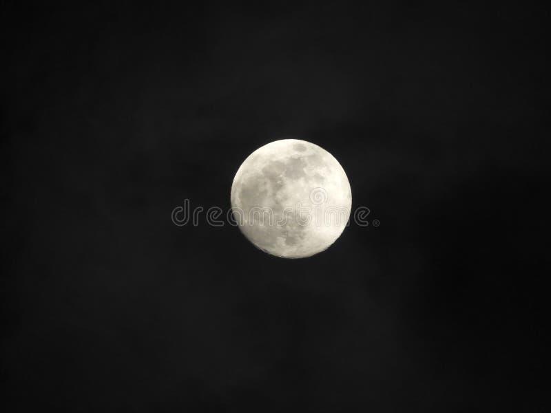 Luna con le nuvole nel cielo notturno Tempo nuvoloso con una bella luna fotografia stock libera da diritti