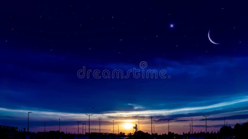 Luna creciente con el fondo hermoso de la puesta del sol El Ramad?n abundante fotografía de archivo