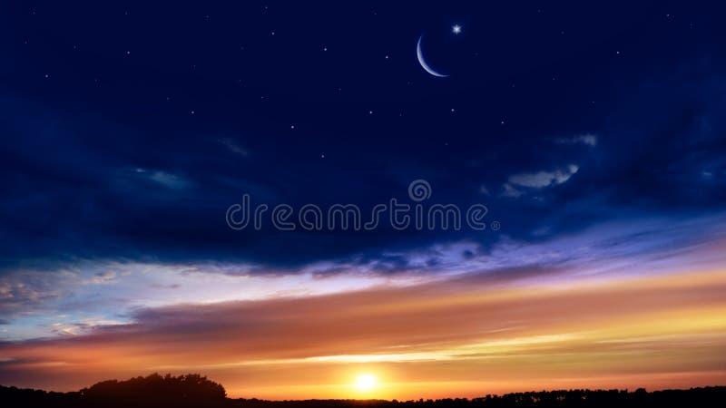 Luna creciente con el fondo hermoso de la puesta del sol El Ramad?n abundante foto de archivo libre de regalías