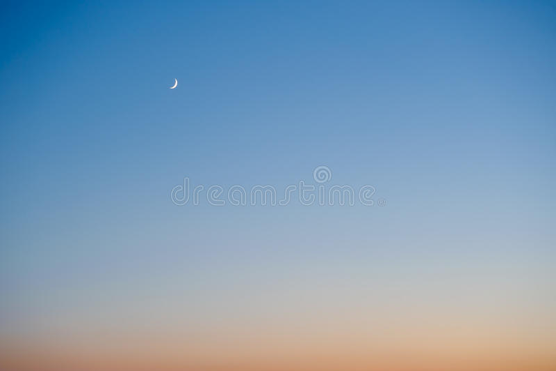 Luna creciente en la puesta del sol fotografía de archivo libre de regalías