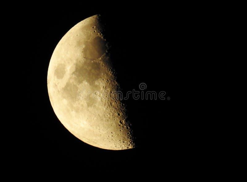 Luna creciente que crece en la oscuridad de la noche imagen de archivo