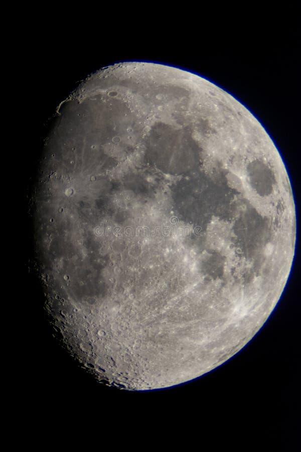 Luna creciente vista de un telescopio foto de archivo