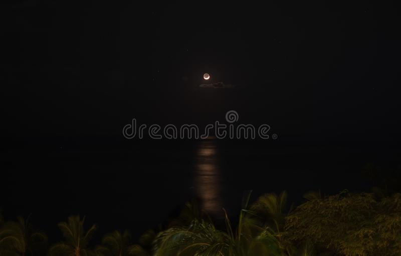 Luna crescente sopra l'oceano Pacifico immagine stock libera da diritti