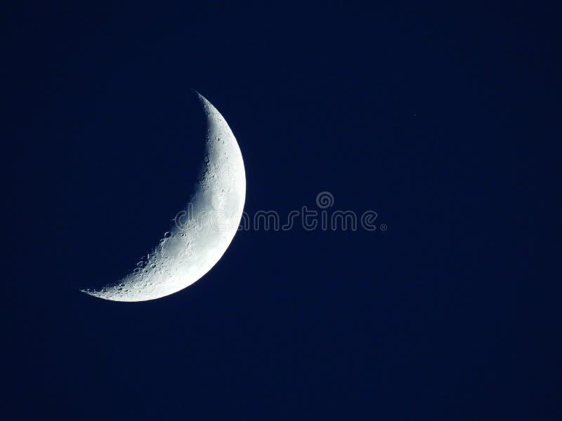 Luna cuarta de levantamiento en el cielo de igualaci?n azul marino imagen de archivo libre de regalías