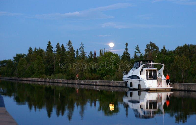 Luna de agosto sobre el agua foto de archivo libre de regalías