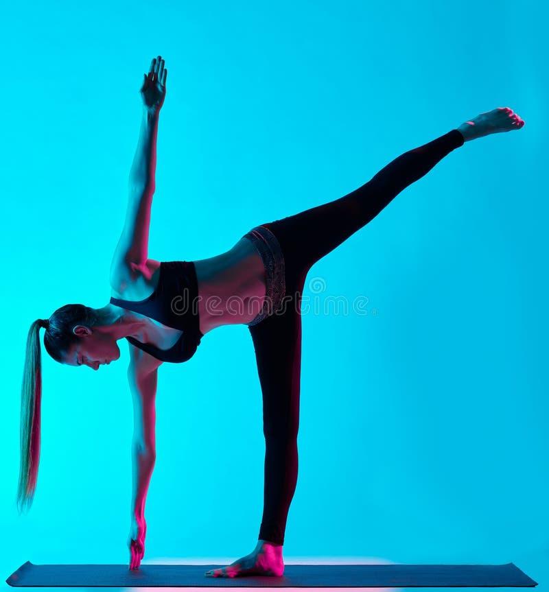 Luna de Ardha Chandrasana de los exercices de la yoga de la mujer media imágenes de archivo libres de regalías