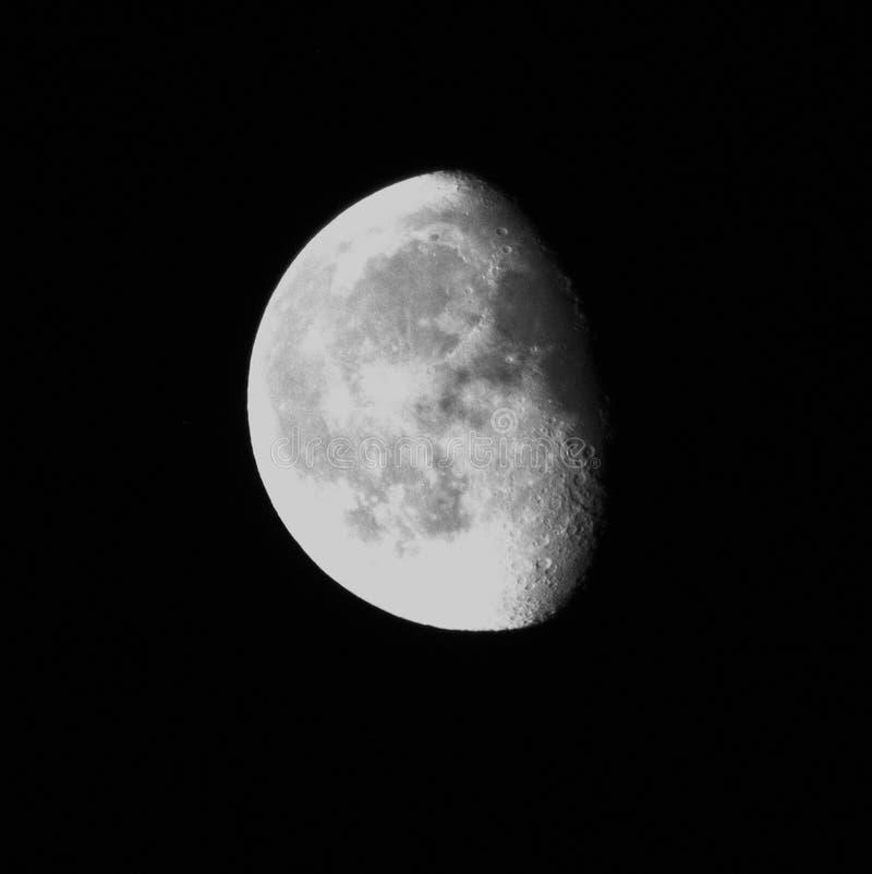 Luna de disminución en el cielo negro con los cráteres agraciados fotos de archivo
